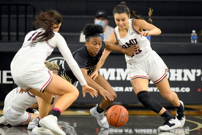 Kahlaijah Dean had 21 points in Oakland University's 84-77 victory over Robert Morris on Saturday at the O'Rena in Rochester.
