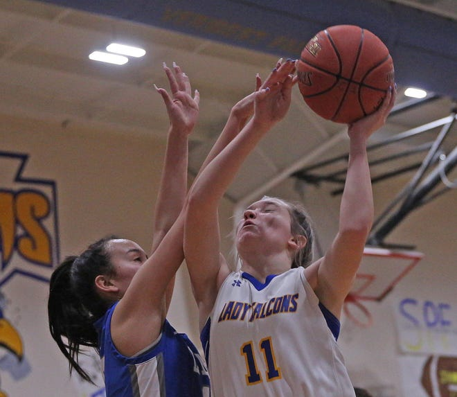 Veribest's Cora Blackwell, center, drives to the basket during a game against Eden on Friday, Feb. 5, 2021.