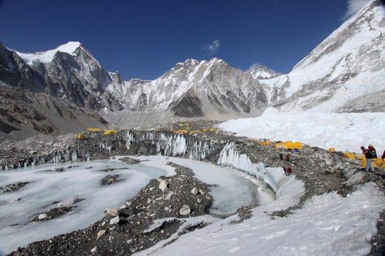 En esta foto de archivo del 11 de abril de 2015, las carpas están instaladas para escaladores en el glaciar Khumbu, con el monte Khumbutse en el centro y la cascada de hielo Khumbu a la derecha, vista al fondo, en el campamento base del Everest en Nepal.  Las inundaciones que afectaron a dos plantas hidroeléctricas y dañaron pueblos en el norte de la India fueron provocadas por un apagón en un glaciar del Himalaya río arriba.