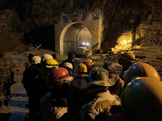 La policía fronteriza indo-tibetana utilizó maquinaria pesada el 8 de febrero de 2021 para eliminar los escombros mientras intentaban rescatar a más de tres docenas de trabajadores de una central eléctrica atrapados en un túnel después de que parte de un glaciar del Himalaya se rompiera el 7 de febrero de 2021 y enviara un muro de agua. y escombros cayendo por la montaña en la región de Tapovan del estado norteño de Uttarakhand, India.
