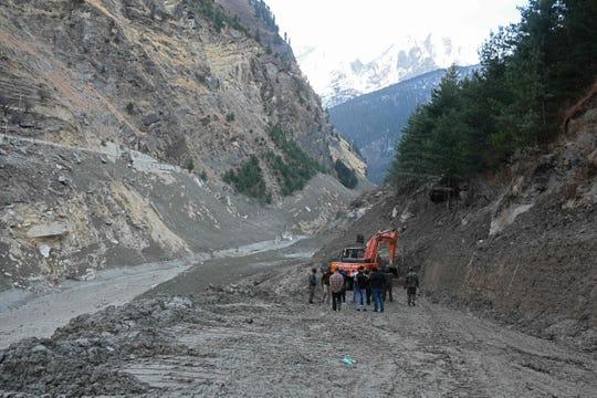 Una excavadora despeja una carretera que conduce al destruido Puente Raini en el distrito de Chamoli de Uttarakhand, India, el 8 de febrero de 2021, después de ser arrastrado por una inundación repentina causada por la rotura de un glaciar un día antes.