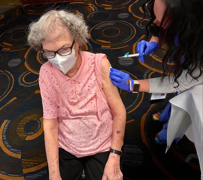 Eleanor Costa levando a vacina contra a Covid-19.