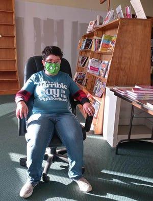 Casey Gruber sitzt in den letzten Tagen der Eröffnung der Bayou Book Co. auf einem Stuhl.
