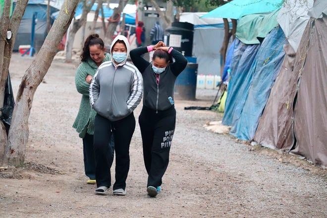 Migrantes centroamericanos permanecen este viernes en campamento ubicado a orillas del río Bravo, en la ciudad de Matamoros en la ciudad de Tamaulipas.