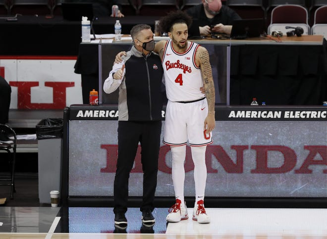 Ohio State guard Duane Washington Jr. talks with coach Chris Holtmann near the end of the Buckeyes' win Saturday.