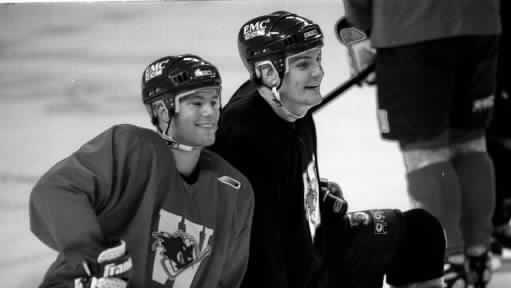 Stefan Roy (links) und Shane Toborowski teilen einen leichten Moment im Training vor der Saison in der Saison 1998/99.