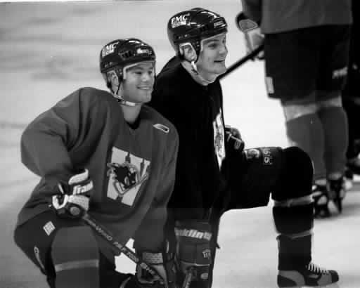 Stéphane Roy, à gauche, et Shayne Toporowski partagent un moment de lumière à l'entraînement avant la saison 1998-99.