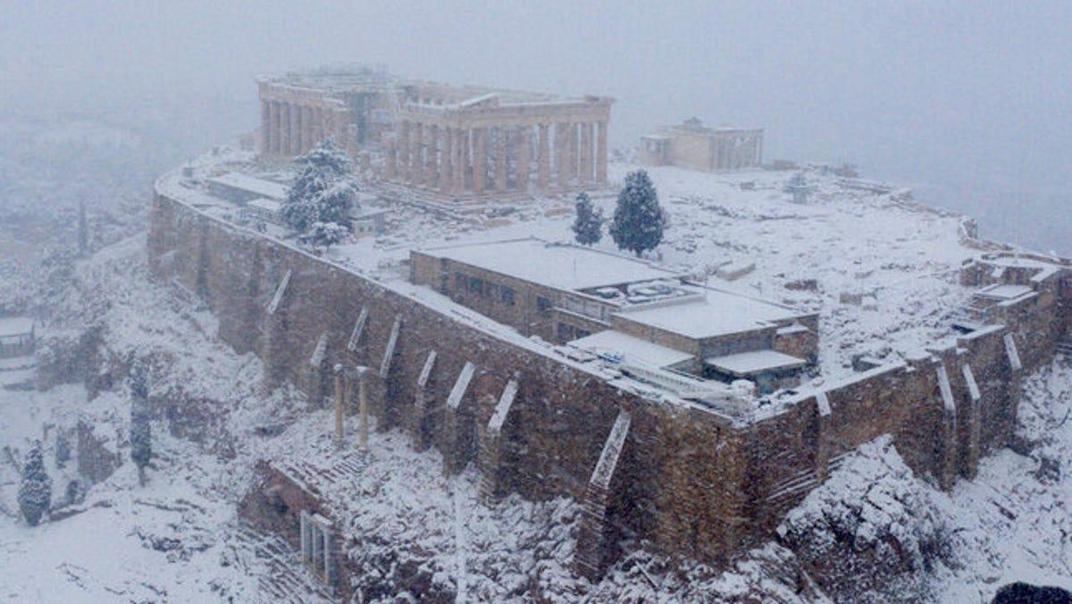 In Athens, rare snow blankets Acropolis, halts vaccinations 3