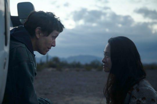 """Frances McDormand, sol ve yönetmen / yazar Chloe Chow sette """"Bedevi."""""""