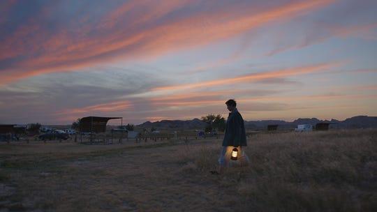 """""""Bir kamyonda yaşadığınızda hava ile seyahat etmelisiniz,"""" Yönetmen Chloe Chow çekimler hakkında konuşuyor """"Göçebe,"""" Frances McDormand'la yaptığı genişleyen filmi."""