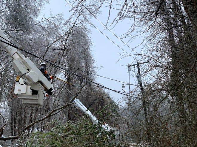 Lineworker restoring downed power line in Petersburg, Va.