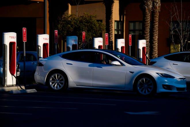 سيارة كهربائية Tesla Inc. في محطة شاحن فائق في 4 يناير 2021 في ريدوندو بيتش ، كاليفورنيا.