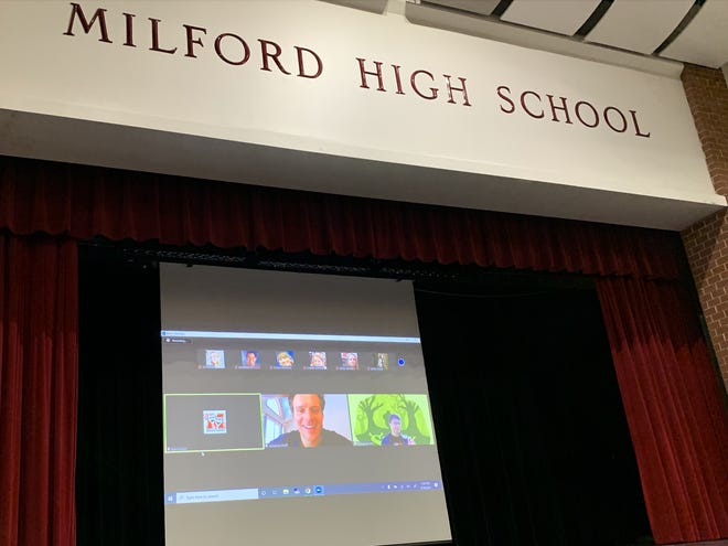Jonathan Groff fait une apparition avec Zoom à la Milford High School