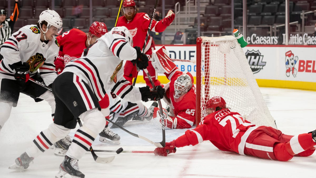 Blackhawks capitalize on power play, defeat Red Wings 2-0 2