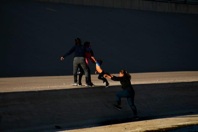 Un grupo de mujeres se internan a Estados Unidos por el río Bravo, en Ciudad Juárez, en el estado de Chihuahua (México).