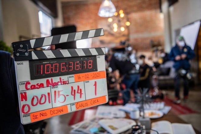 """El productor Carlos Bardasano, dio el claquetazo inicial de la telenovela """"Si nos Dejan""""."""