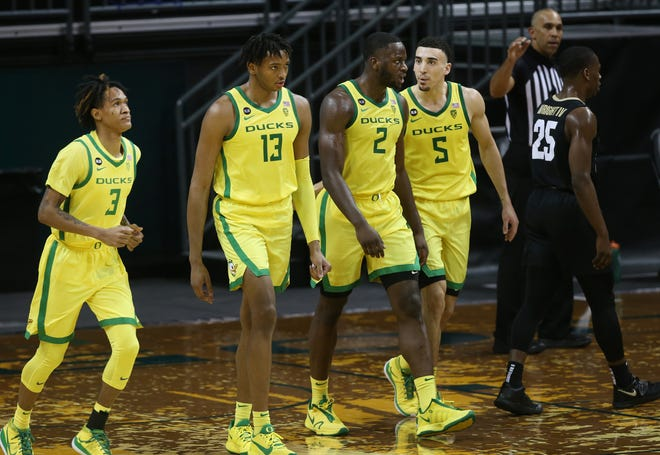 From left, Oregon's Jalen Terry, Chandler Lawson, Eugene Omoruyi and Chris Duarte head to the bench during a timeout in the second half of Thursday's win over Colorado.