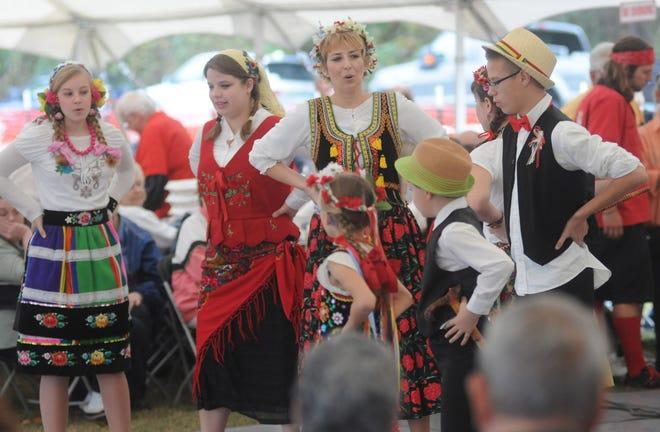 Η Karolinka, μια πολωνική λαϊκή μπάντα από το Σαρλότ, αποδίδει στο 16ο ετήσιο πολωνικό φεστιβάλ St. Stanislaus. [STARNEWS FILE PHOTO]