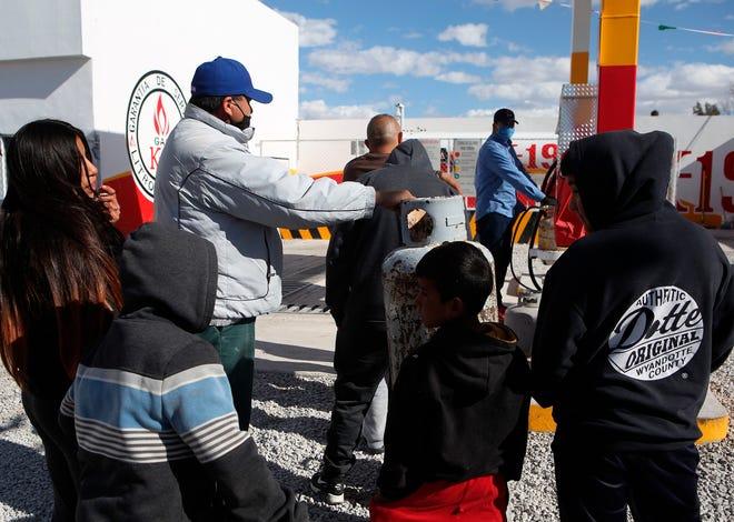 Personas hacen fila hoy en busca de gas butano dada su escasez debido al intenso frío en Ciudad Juárez, estado de Chihuahua (México).