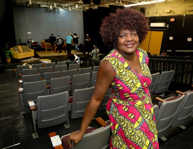 Rhonda Wilson, propriétaire et fondatrice du Star Center Theatre, au théâtre de Gainesville en Floride.18 février 2021. Il y a vingt ans, Wilson a lancé le Star Center en organisant des spectacles dans des églises locales, maintenant Wilson a fait de son théâtre de production un théâtre complet.