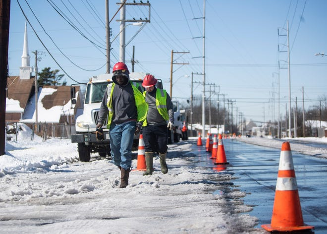 MLGW employees work to repair the water main system on Chelsea Avenue in Memphis, Tenn., on Saturday, Feb. 20, 2021.