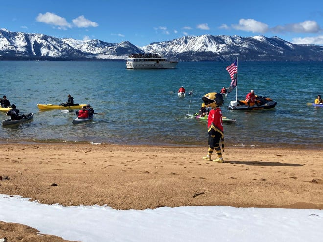 Soleil éclatant, retard de glace faible Match de la LNH en plein air Avalanche-Golden Knights à Lake Tahoe