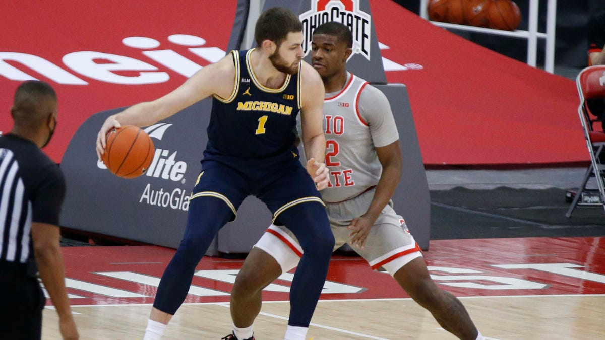 Hunter Dickinson's big second half helps No. 3 Michigan dump No. 4 Ohio State 1