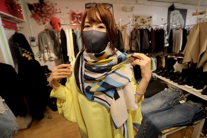 Julie Lee 모델은 Palisades Park의 KKI 부티크에서 판매되는 스카프를 착용합니다.  2021 년 2 월 22 일 월요일