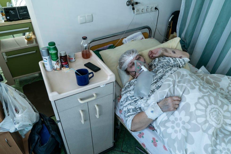 Les personnes âgées ont été les plus durement touchées par le COVID-19.  Une personne de 65 à 74 ans a 1 300 fois plus de risques de mourir d'un cas de COVID-19 qu'une personne de 5 à 17 ans.