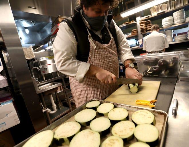 Anthony Lombardo, chef e proprietario di SheWolf Pastificio & Bar affetta le melanzane nel suo ristorante di Detroit il 23 febbraio 2021.