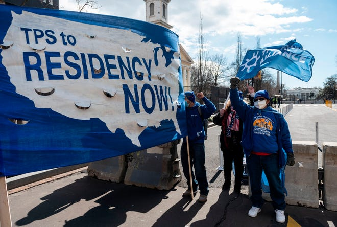 Activistas y ciudadanos con estatus de protección temporal (TPS) marchan a lo largo de la calle 16 hacia la Casa Blanca en un llamamiento para que el Congreso y la administración Biden aprueben una legislación de reforma migratoria el 23 de febrero de 2021 en Washington, DC.