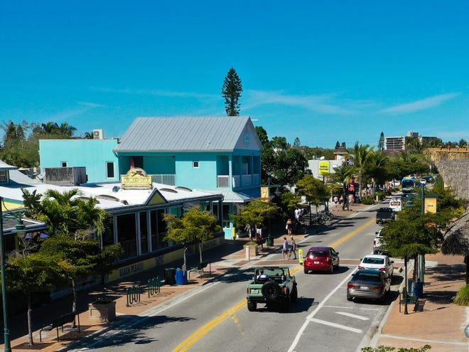 Ocean Boulevard – lined with restaurants, bars and shops – is the main strip through Siesta Key Village.