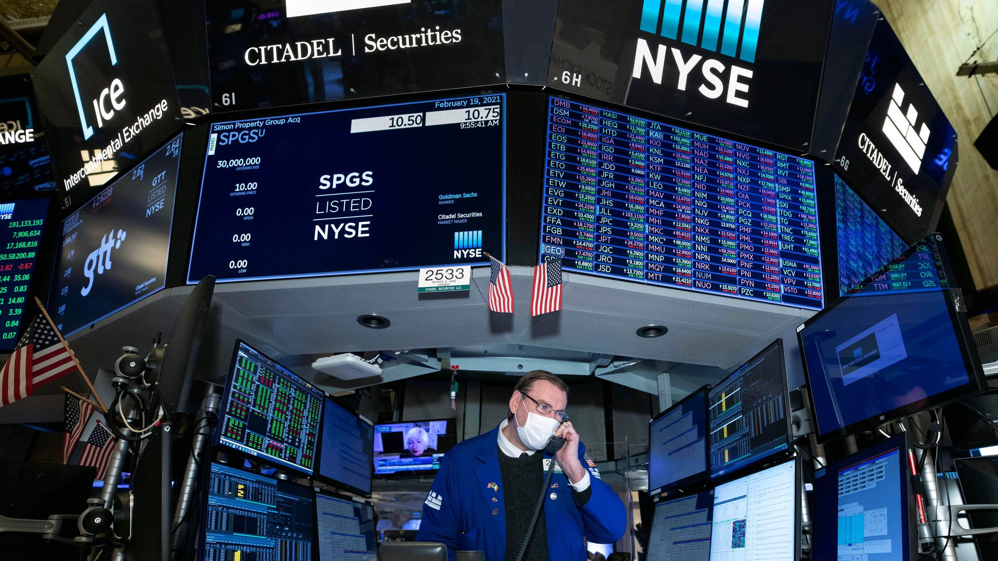 Wall Street rallies to record-breaking end of turbulent week