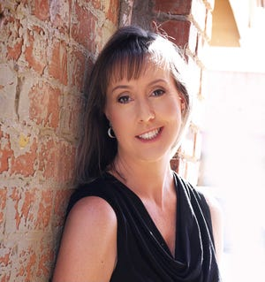 Bestselling author Jenn McKinlay of Scottsdale got her start writing romantic comedies for Harlequin, but it turned out she was better at killing people than making them fall in love.