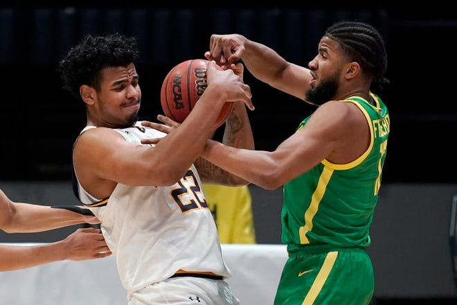 Oregon's LJ Figueroa steals the ball from California's Andre Kelly during the first half of Saturday's game in Berkeley, Calif. Oregon won 74-63.