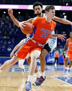 Florida Colin Castleton tries to go to the basket Saturday against Kentucky.