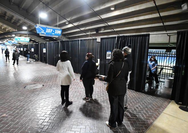 Stasiun tertutup di sepanjang concourse Ford Field untuk vaksinasi COVID-19 bagi pendidik dan staf pendidikan yang diselenggarakan oleh Meijer. Meijer menyelenggarakan klinik vaksin COVID-19 di Ford Field khusus untuk pendidik dan staf pendidikan di Detroit pada 1 Maret 2021.