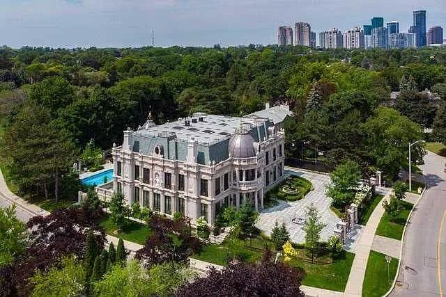 Cakrawala kota menunjukkan kedekatan mansion ini dengan pusat kota Toronto.