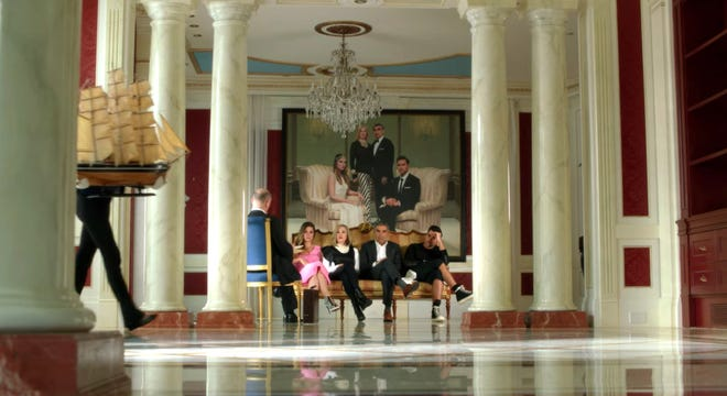 """Itu """"Schitt's Creek"""" pemeran ditampilkan di depan potret keluarga di episode pertama serial tersebut."""