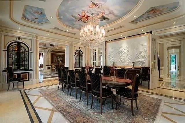 Langit-langit fresco dapat dilihat di ruang makan mansion.