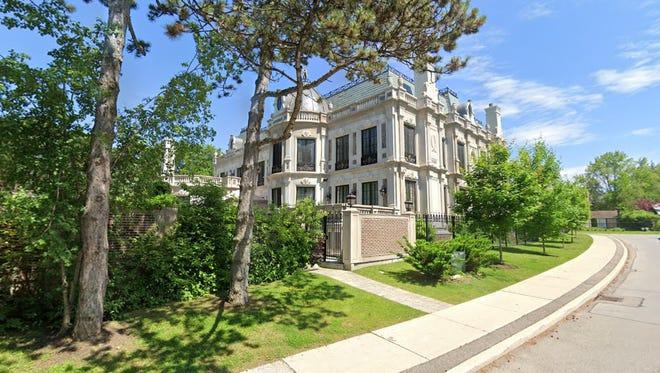 Eksterior mansion dilapisi dengan batu kapur yang dibawa dari Indiana.