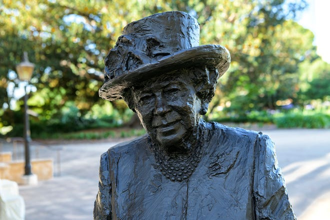 A new statue of Queen Elizabeth II, by sculptor Robert Hannaford, was recently installed on the grounds of Government House in Adelaide, South Australia.