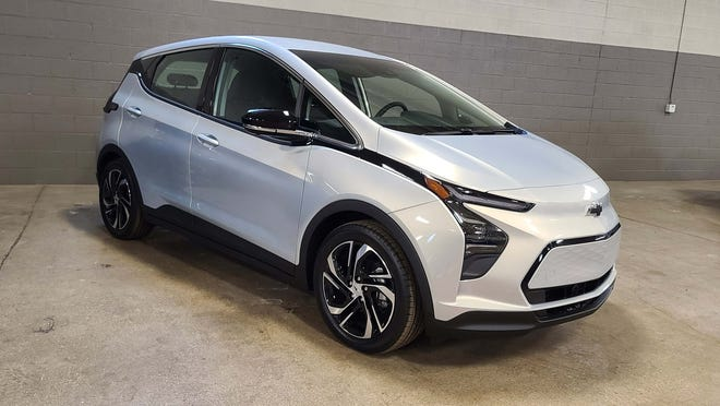 The Chevu Bolt EV debuted as a 2017 model with a pricey sticker $38k. Five years later that price has lunged to $31,995 to be more competitive with EVs like the VW ID.4, Nissan Leaf, and Hyundai Kona EV. A bigger, pricier, 2022 Chevy Bolt EUV option is also available.