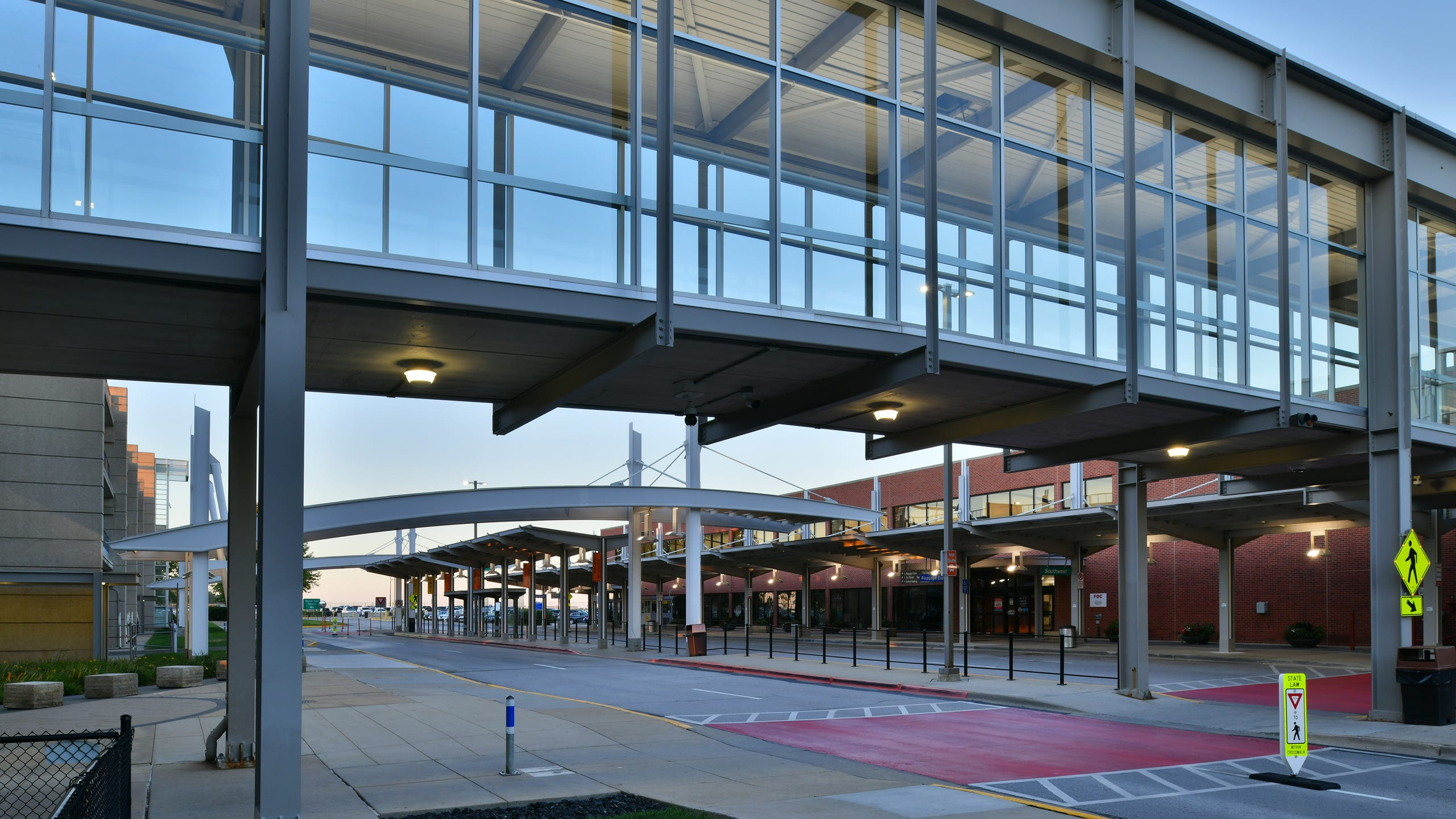 <strong>10. Des Moines International Airport</strong> (Des Moines, Iowa). Passengers can fly from Des Moines International Airport to more than 20 popular destinations around the country. American, Allegiant, Deltas, Frontier, Southwest and United serve the airport. Passengers enjoy amenities such as free Wi-Fi, shopping and a variety of dining options (including three full-service restaurants).