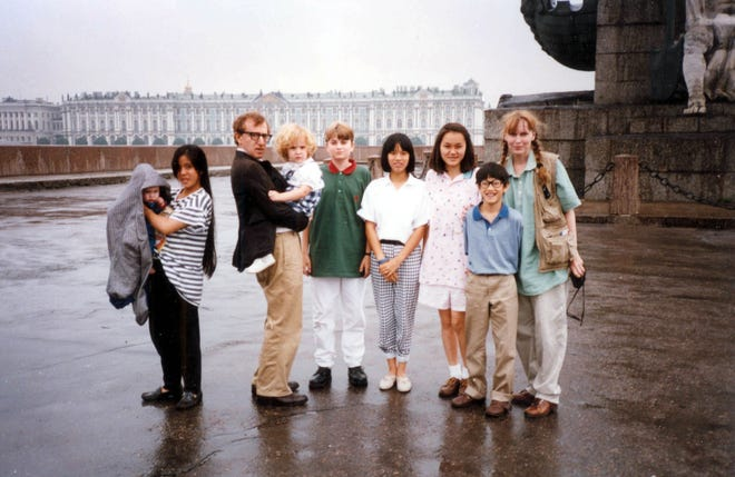 From left to right: Ronan Farrow, Lark Previn, Woody Allen, Dylan Farrow, Fletcher Previn, Daisy Previn, Soon-Yi Previn, Moses Farrow and Mia Farrow.