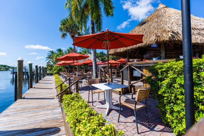Golf fans looking for outdoor seating will find plenty along PGA Boulevard. One spot is the Waterway Cafe, which offers sparkling views in addition to open-air tables.