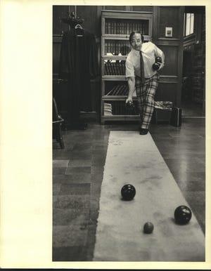 In questa foto del 1981, il giudice del circuito della contea di Milwaukee William A.  Gennaro viene mostrato mentre si esercita nella posa della palla nelle sue stanze.