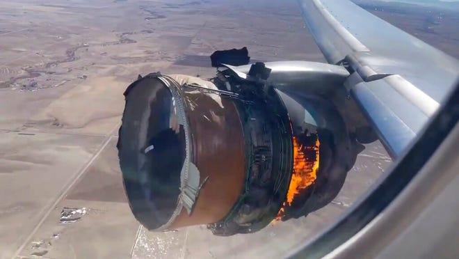 """Dalam gambar yang diambil dari video ini, mesin United Airlines Flight 328 terbakar setelah mengalami kebakaran """"kegagalan mesin kanan"""" tak lama setelah lepas landas dari Bandara Internasional Denver, Sabtu, 20 Februari 2021, di Denver, Colo."""