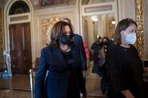 Wakil Presiden Kamala Harris tiba untuk memutuskan hubungan pada pemungutan suara prosedural ketika Senat mengerjakan paket bantuan COVID senilai $ 1,9 triliun dari Partai Demokrat, di Capitol Hill di Washington, Kamis.