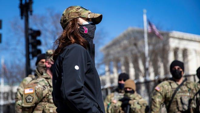 Gubernur Gretchen Whitmer mengunjungi perimeter keamanan kompleks Capitol AS dengan anggota Pengawal Nasional Michigan pada hari Jumat, 5 Maret 2021.